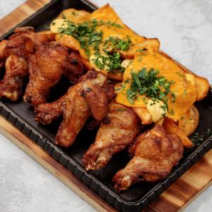 Куриные крылья с соусом чеддер и картофелем айдахо